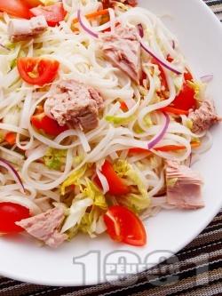 Бърза салата с оризови спагети (нудълс), риба тон, айсберг и чери домати - снимка на рецептата